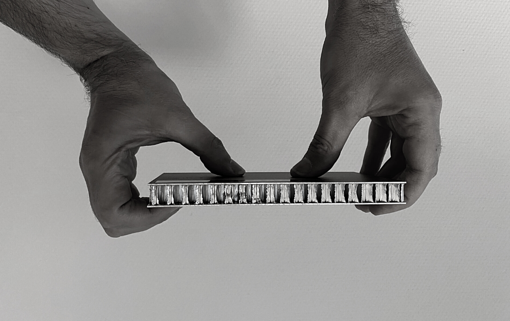 aluminium-honingraat-strong-rigide-hands-vlack-white-allpro-facade