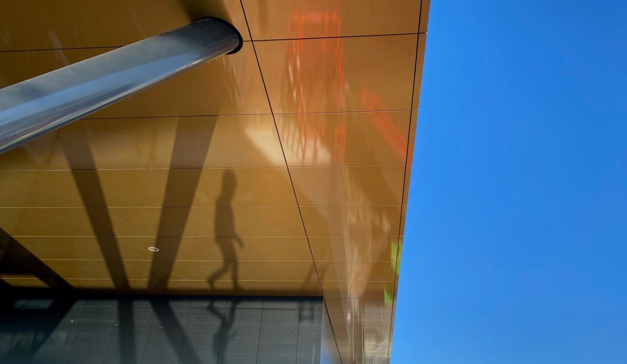 Univacco-bouw-facade-schaduw-blauwe-lucht-allpro