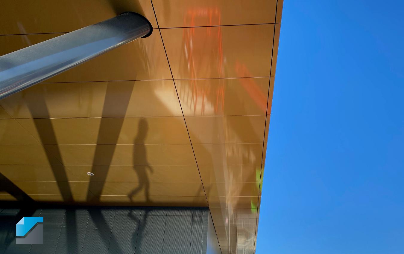 Gouden-gevel-plafond-Univacco-schaduw-blauwe-lucht-allpro-logo
