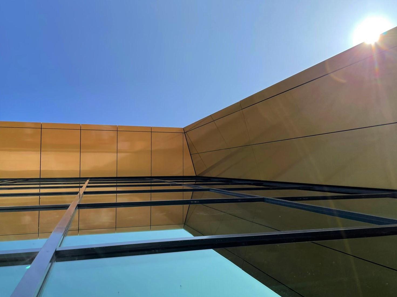 Gouden-gevel-honingraat-Univacco-Waalwijk-a58-kantoor