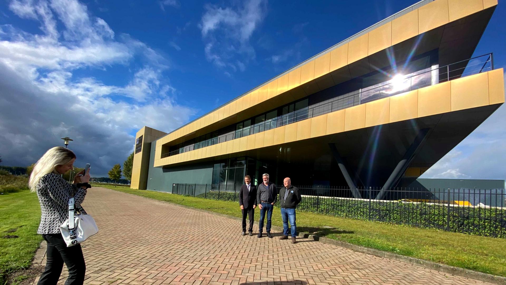 Casadei-Allpro-visit-Netherlands-Univacco-Waalwijk-gevelbekleding-golden-facade-sunshine